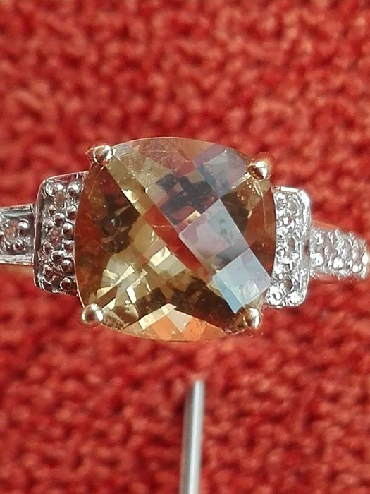 14 kt yellow gold ring with bright citrine surrounded by 8 brilliant cut diamonds. Ring size 17 – 1.9 g –