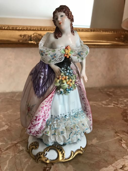 Beautiful Capodimonte Porcelain Sculpture portraying a 18th-century lady with elegant clothes and laces