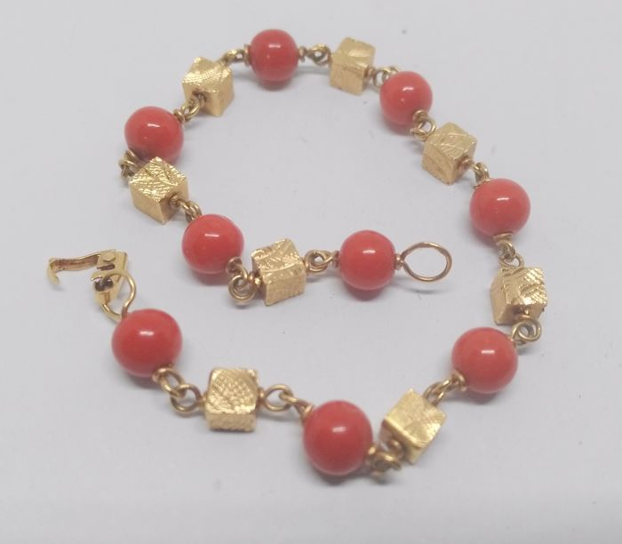 yellow gold 18 kt bracelet with coral beads - length 16.5 cm