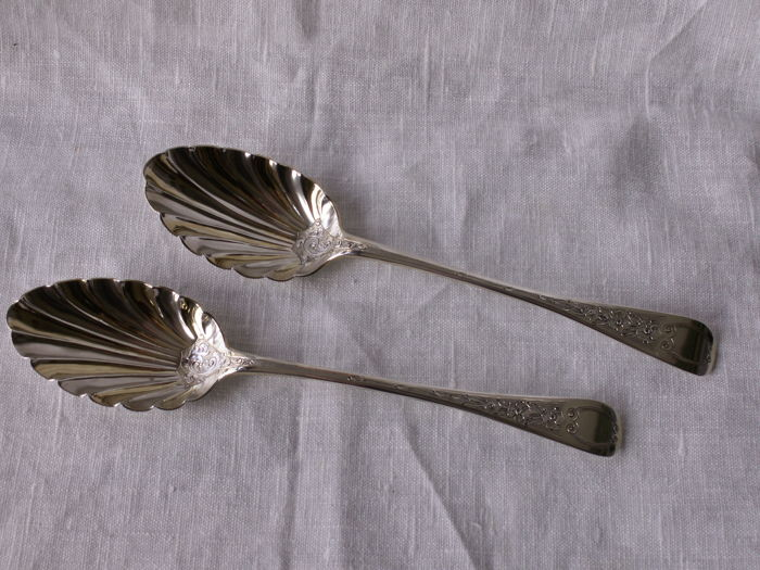 Pair of silver fruit spoons / berry spoons, London, 1826 and 1828