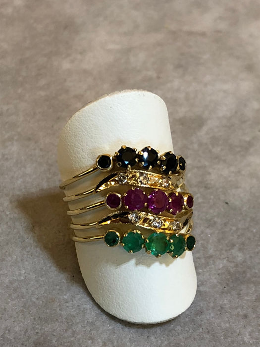 18 kt yellow gold ring with emeralds, rubies and sapphires