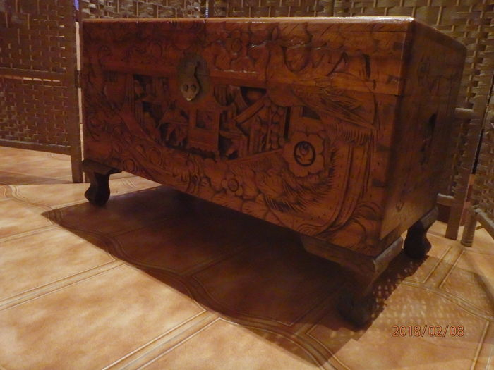 Blanket chest in camphor wood