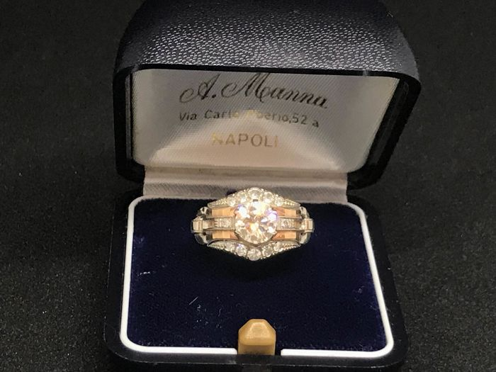 White gold ring (18 kt) from the 1930s/1940s, with 1 central diamond and 12 accent stones, 1.40 ct