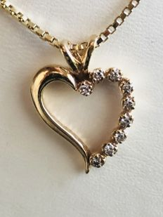 Yellow gold 14 kt chain with pendant in heart shape with 9 brilliant cut diamonds of 0.26 ct. Chain length 44 cm & No reserve price &