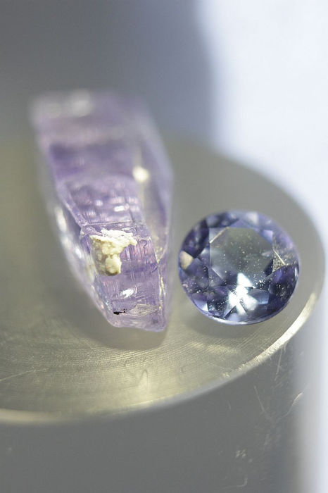 Lot of rough blue Tanzanite crystal and round cut blue Tanzanite - Fine and Precious combination - 6.35 ct / 1.05 ct