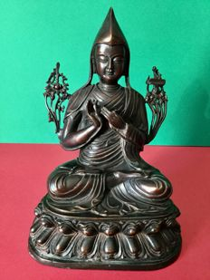 Depicting of Tsongkhapa in bronze with brown lacquered patina - Nepal - late 20th century (23 cm)