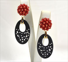 Gold earrings (18 kt) with 3 mm beads of red coral and black jade (22 x 36 mm)