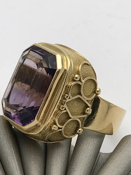 Amethyst solitaire signet ring square with rounded corners 750 / 18 kt yellow gold