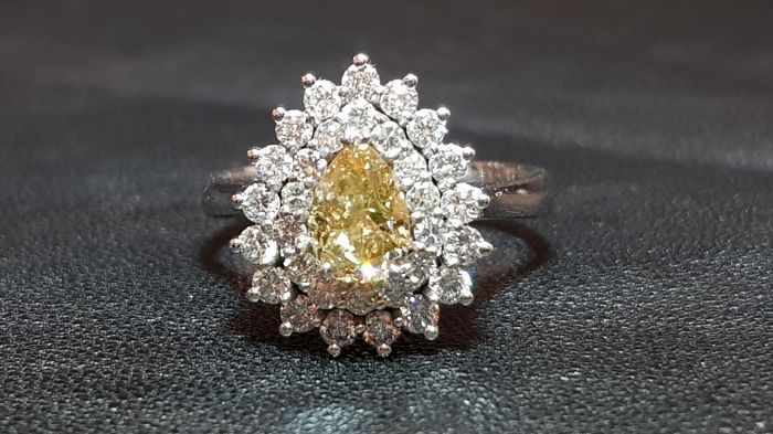 Gold ring (18 kt) with 1.02 ct fancy yellow diamond