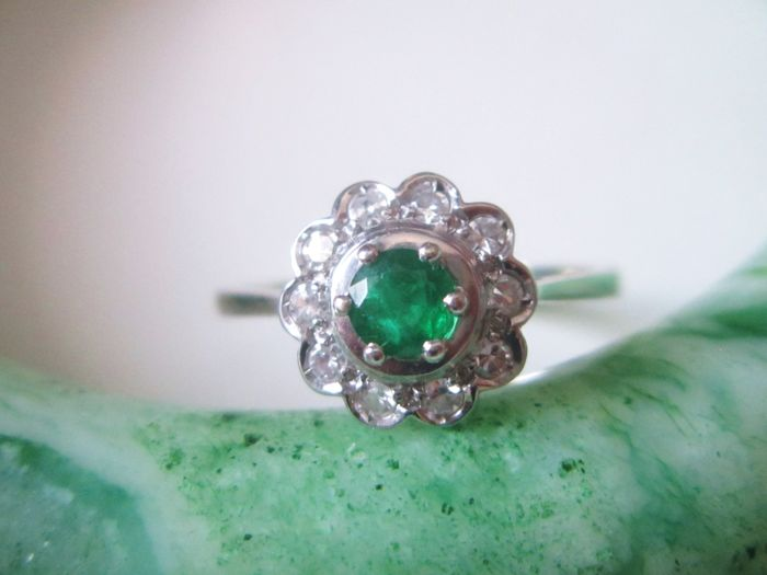 Ring with natural emerald and brilliants set in 750 white gold!
