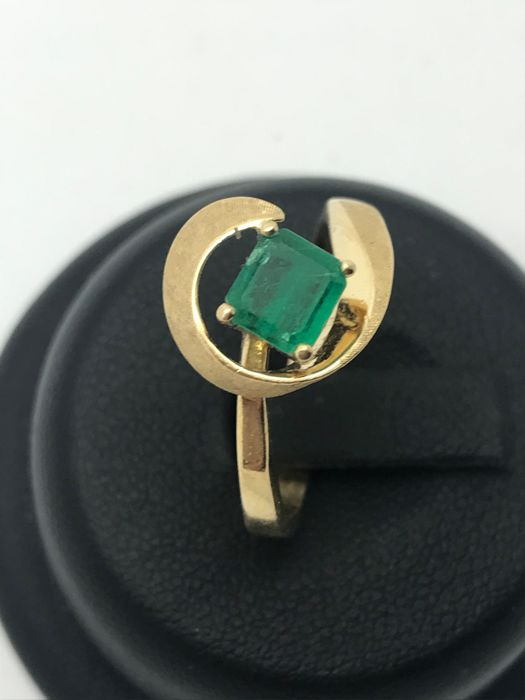 Elegant emerald 18 kt / 750 yellow gold, emerald with curved setting