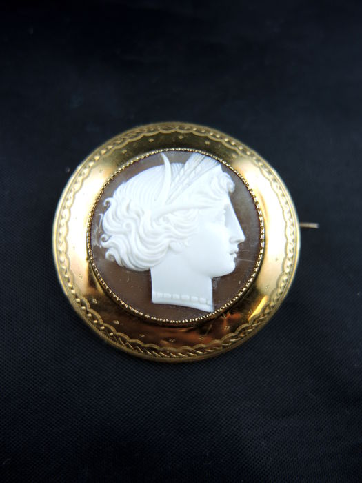 Round yellow gold brooch with shell cameo - XIX century