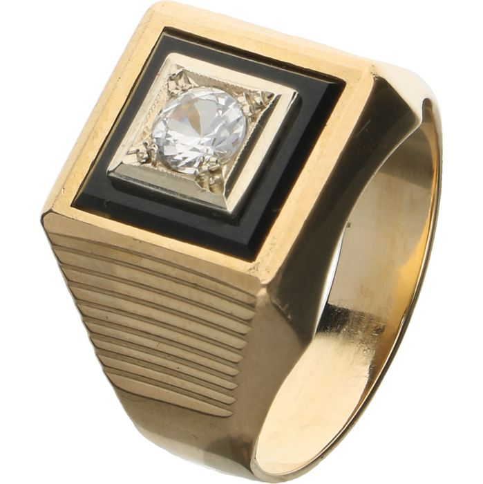 18 kt - Yellow gold ring set with onyx and a brilliant cut white sapphire in a white gold setting - Ring size: 18.75 mm