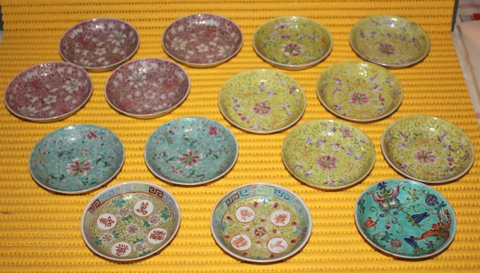 Lot of 15 bowls with various subjects - China, early 20th Century (1920s-1930s)