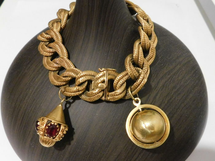 Chain bracelet in 750 braided gold decorated with two charms, weight: 50.1 g, length: 21.5 cm