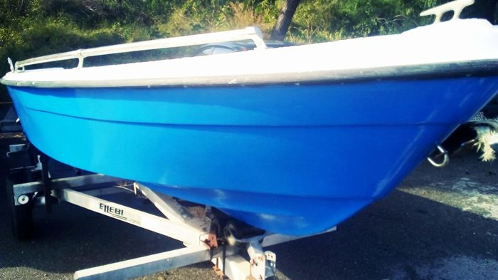 Beautiful boat/speed boat in fibreglass - in excellent condition - restored