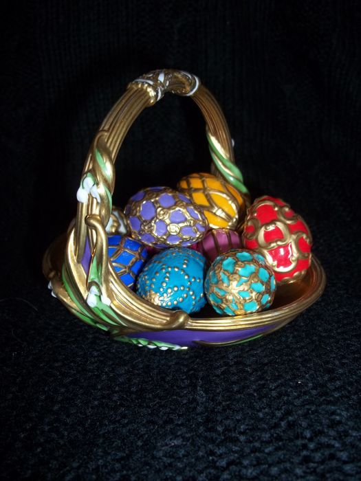 House of Fabergé - Spring Egg Basket with 9 Eggs - Basket and eggs lavishly accented with 24 Carat gold - Very, very good condition.