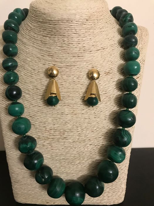 Set: matching necklace and earrings in 18 kt yellow gold with genuine malachite - beads from 8 to 20 mm - 65 cm necklace - 3 cm earrings