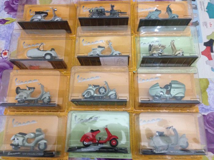 Maisto-RCS - Scale 1/18 - Lot with 34 models of Vespa Piaggio, edition Vespa Piaggio Collection 2005 RCS