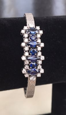 Magnificent 18 kt entourage white gold bracelet, approx. 4.85 ct in diamonds and sapphire in total.