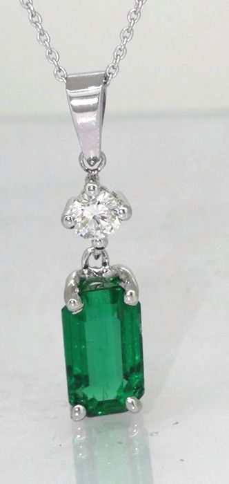 Diamond pendant with a natural 1.23 ct columbian green emerald with I.G.I. certificate and a diamond
