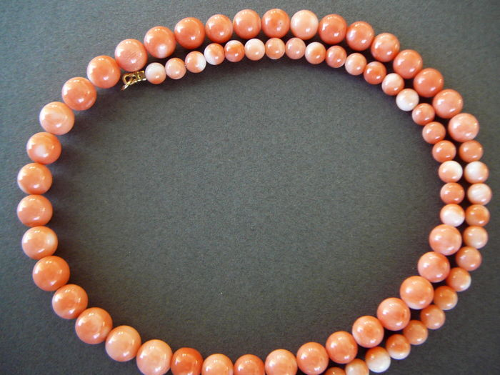Necklace of large coral beads (3-7 mm) with 14 kt gold clasp - pre-1950