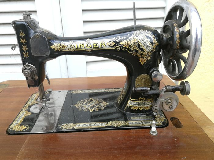 Antique cast iron Singer sewing machine, in perfect condition, with cabinet and original round belt, working, to be overhauled, Italy, 1900s
