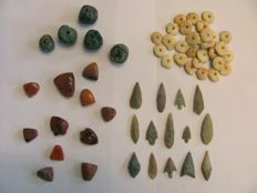 45 archaeological beads 15/30 mm and 14 x Neolithic arrowheads - 24/45 cm (59)