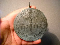 Bronze papal medallion - Christ and legend in Latin - On the back has the date, year 1735 - 9 x 9 cm