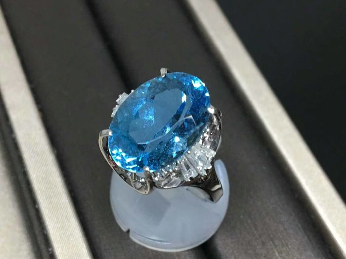 18 ct gold Ring 8.75 g set with 9.22 ct Topaz and 0.53 ct Diamonds - size 7 US - Free resizing