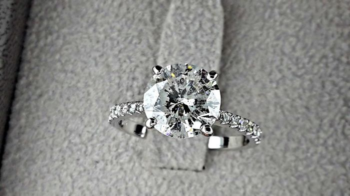 2.67 ct round diamond ring in 14 kt white gold - size 7