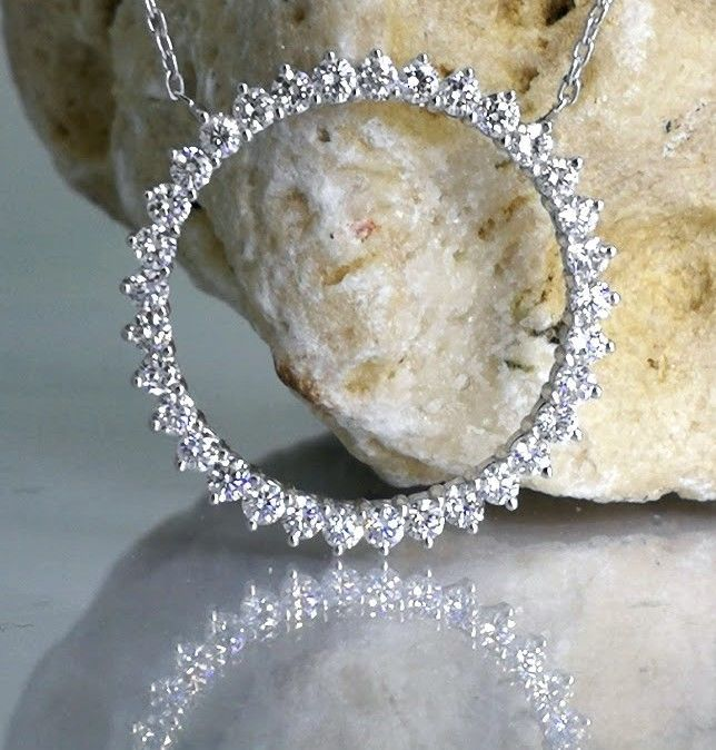 Circle necklace with 33 briljant cut diamonds on a collar with a total of 1.00ct