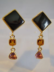 14 kt Earrings with polished Onyx Squares (6 ct), rectangular faceted citrines and triangular faceted amethysts