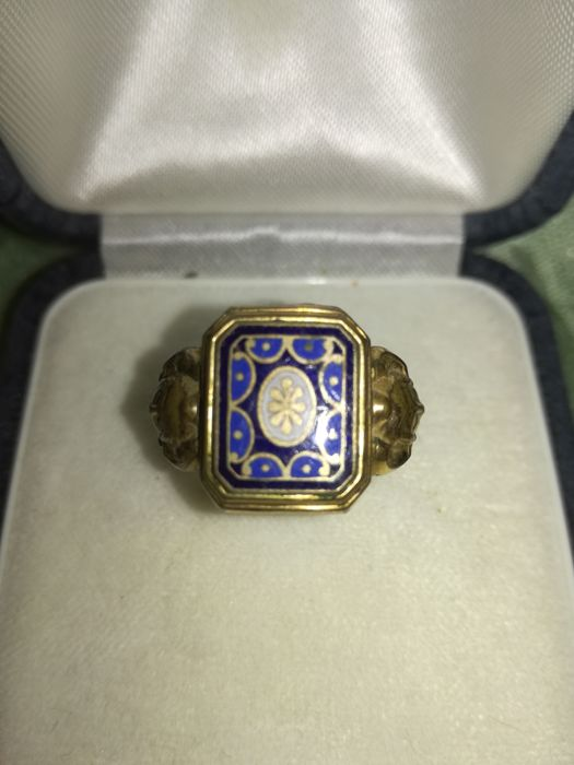 Ring made in the early 20th century, probably in England. In pinchbeck and English enamels