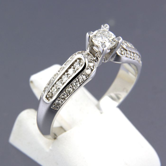 - no reserve price - 14 karat white gold ring set with 43 brilliant cut diamonds of in total approx. 0.66 carat