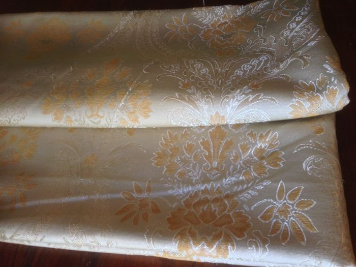 Lot consisting of 5.40 metres of royal damask floral fabric beige ground and Louis XVI-style gold decorations
