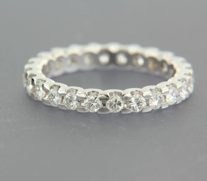 - no reserve price – 14 kt white gold full eternity ring set with 25 brilliant cut diamonds, approx. 1.50 carat in total