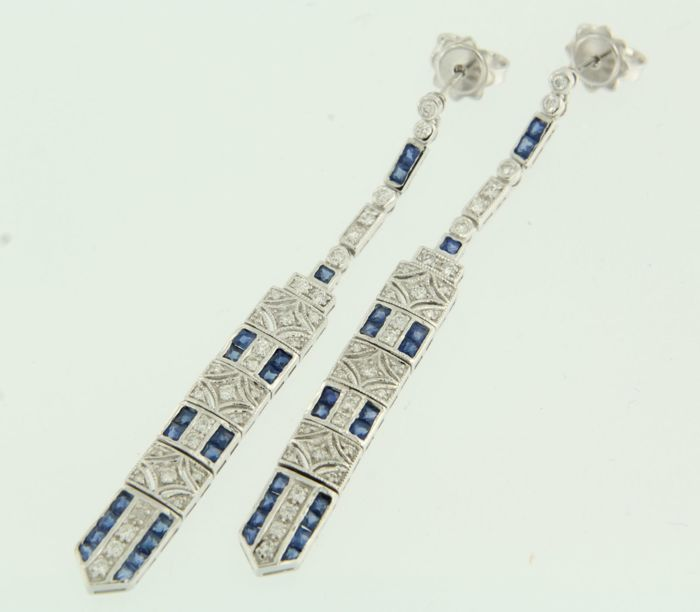 14 kt white gold dangle earrings set with sapphire and brilliant cut diamond, approx. 0.72 carat in total, height 60 mm, width 6.7 mm.