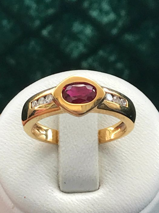 18 kt yellow gold ring set a ruby and diamonds - size 53 16.8 mm