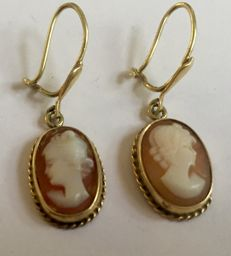 Gold earrings with shell cameo. The Netherlands, approx. 1960.
