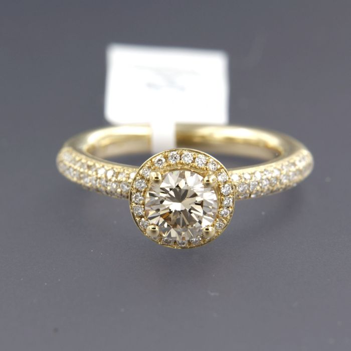 - IGI JEWEL REPORT - 14 kt gold solitaire ring with 1 carat brilliant cut diamond, and in the ring 90 brilliant cut diamonds, ring size 17.75 (56)