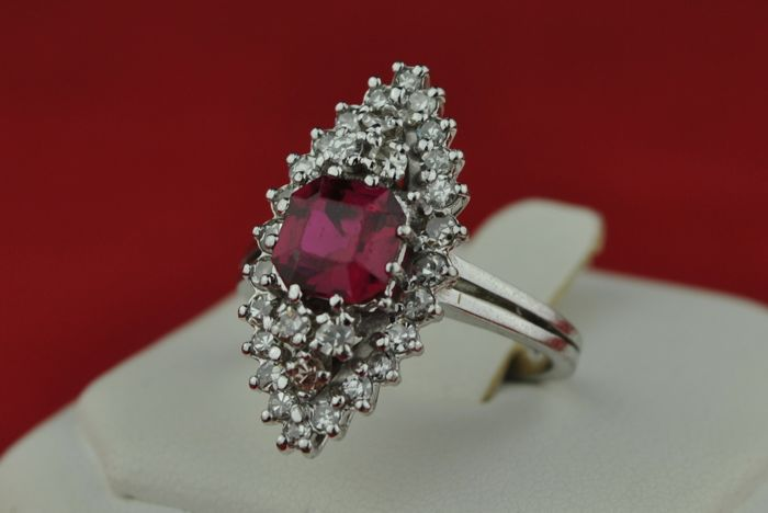 Ruby (louis verneuil style) - 18 karaat Witgoud - Ring Robijn - Diamant
