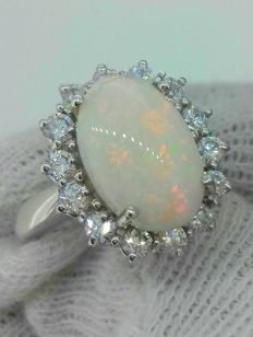 Cocktail ring with 3.8 ct opal and 0.70 ct of accent diamonds, VVS, F - 18 kt gold ***No Reserve***