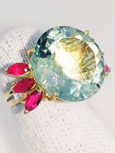 Cocktail ring with aquamarine for 17.71 ct, rubies for 1.76 ct and diamonds for 0.55 ct F/VVS - 18 kt gold ***No Reserve***
