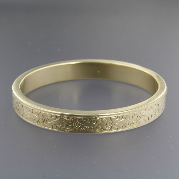 14 kt yellow gold hinge bracelet decorated with an engraved floral pattern