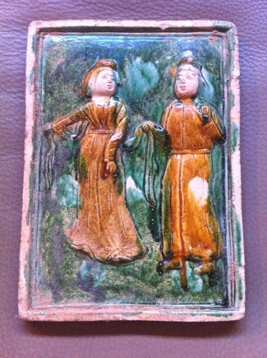 TANG style plaque in sandstone, depicting a couple, iridescent glazing in green and ochre - China - Late 20th century