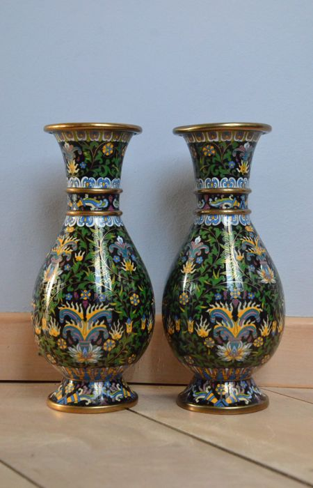 A pair of beautifully decorated cloisonné vases - China - 2nd half 20th century