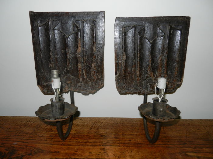 Two gothic panels with parchment  folds - France end 15th century - in oak - Mounted in wall sconces