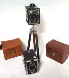 Lot of two vintage cameras, 1950 with original leather case and tripod