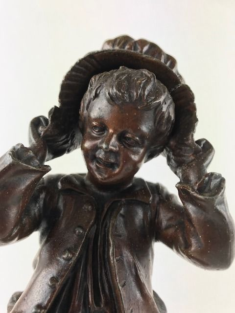 'Bonnet de grand-mère'- beautiful bronze-coloured patinated zamak sculpture - France - circa 1880